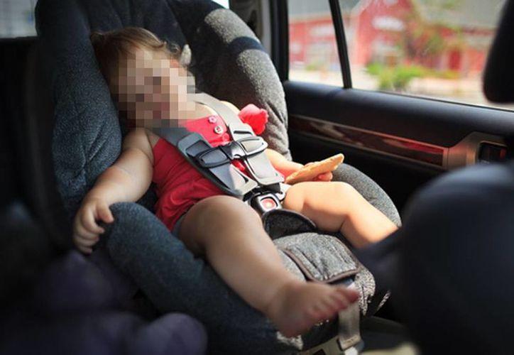 El bebé supuestamente fue dejado solo en el auto durante al menos dos horas y media, hasta que el familiar se acordó y acudió a sacarlo. Imagen de contexto de una niña dormida en la parte trasera de un vehículo. (Archivo/Agencias)