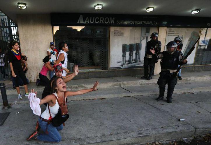 Las protestas están siendo reprimidas 'a plomo' por el gobierno de Nicolás Maduro, acusó Henrique Capriles. (Agencias)