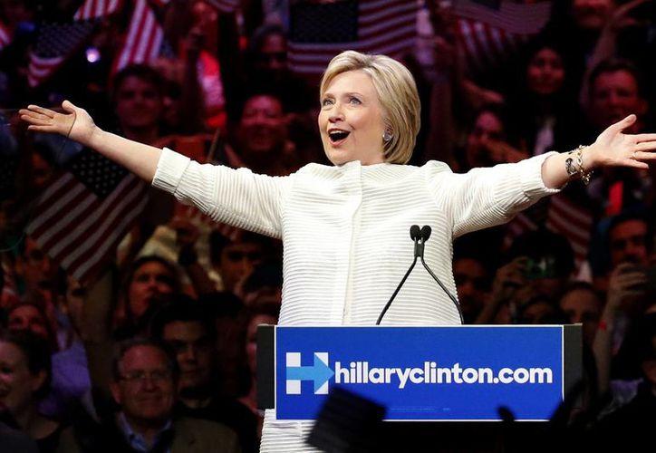 Hillary Clinton, aspirante a la nominación presidencial del Partido Demócrata, al ser ovacionada por sus partidarios en un acto de la campaña de primarias. (Agencias)