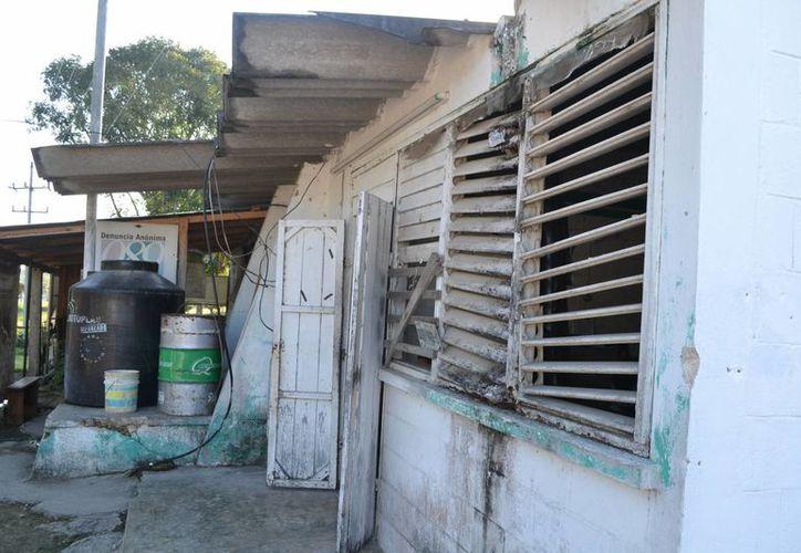 Las instalaciones nunca recibieron mantenimiento y luego fueron abandonadas. (Juan Rodríguez/SIPSE)