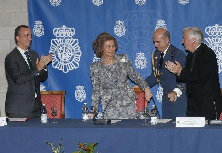 La Reina Sofía, junto al secretario de Estado de Seguridad, Francisco Martinez,(izq), y el cardenal de la Archidiócesis de Westminster, Vicen Nichols (der), durante la inauguración del encuentro del 'Grupo Santa Marta'. (EFE)