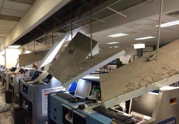 Daños al interior del aeropuerto de Tapachula, Chiapas, debido al terremoto. (Foto tomada de Twitter.com)
