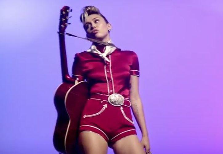 En el clip Miley luce un traje brillante y el cabello peinado hacia atrás, imitando el look de Elvis. (Foto: YouTube)