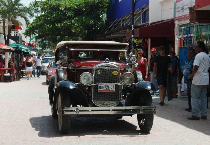 Por el lapso de una hora los autos participantes del Rally Maya México 2014, engalanaron la Quinta Avenida.  (Carlos Calzado/SIPSE)