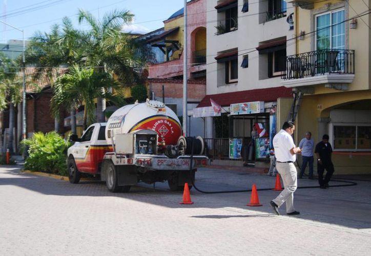 Tres pipas que surten gas fueron vistas ayer llenando tanques estacionarios en horario no permitido. (Octavio Martínez/SIPSE)