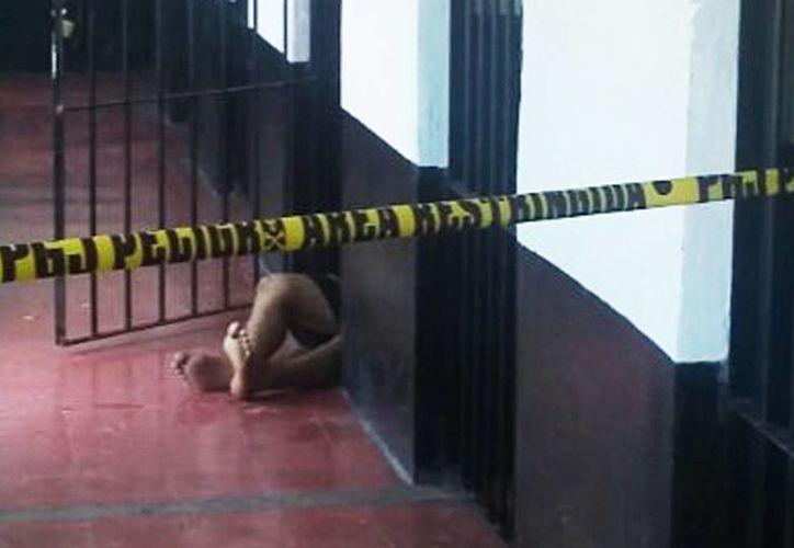 Carlos pasó las últimas horas de su vida en una cárcel ahogado en alcohol y depresión por problemas familiares. Imagen del cuerpo del joven tendido en el piso de la celda, en donde se encontraba. (SIPSE)