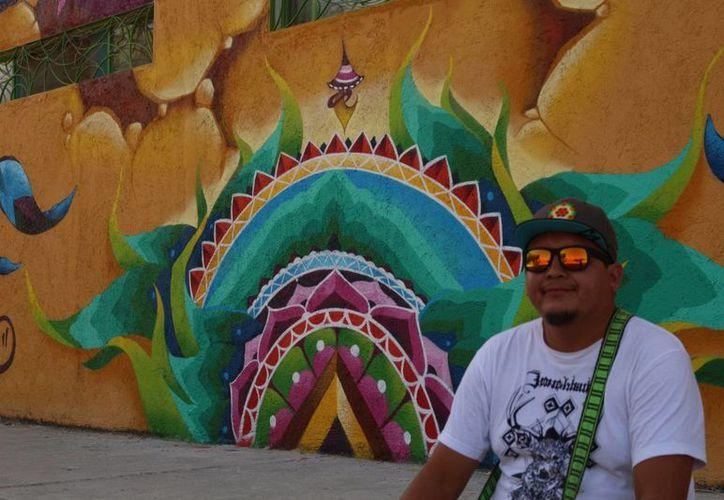 Frase se gana la vida haciendo lo que más le gusta: pintar grafitis. (Adrián Barreto/SIPSE)