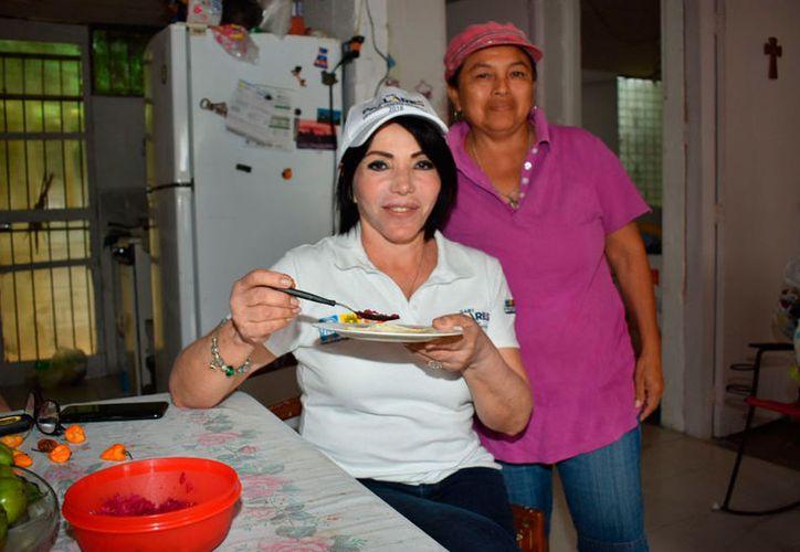 Durante uno de sus recorridos, Gaby Pallares aceptó la invitación a comer de una de las vecinas. (Redacción/SIPSE)