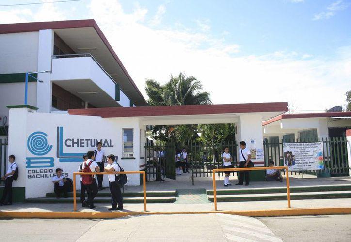 Unos 800 trabajadores sindicalizados de Cobaqroo contemplan un posible paro de labores que afectaría a los 47 centros educativos del subsistema de Bachilleres en el Estado. (Harold Alcocer/SIPSE)