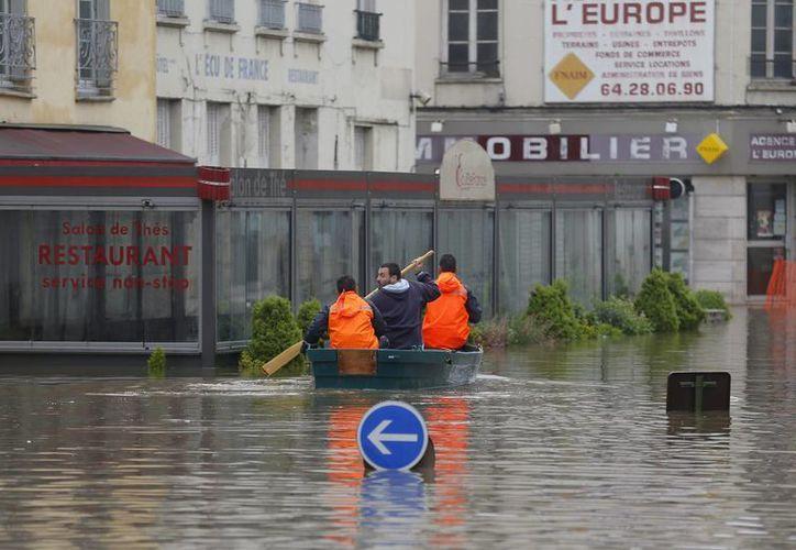 Francia ha estado pasando las peores lluvias en los últimos años, y esto se ve reflejado en el cierre del museo de Louvre, que prefirió resguardar los objetos de exhibición para prevenir algún daño. En la foto, una de las calles aledañas al museo.(Notimex)