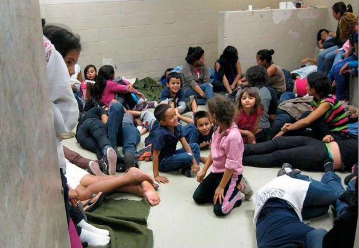 Inmigrantes con niños, en su mayoría de Centroamérica, detenidos en instalaciones de la Patrulla Fronteriza en el Valle del Río Grande, frontera de EU, a fines de mayo de 2014. (Foto obtenida por Breitbart/http://lavoztx.com)