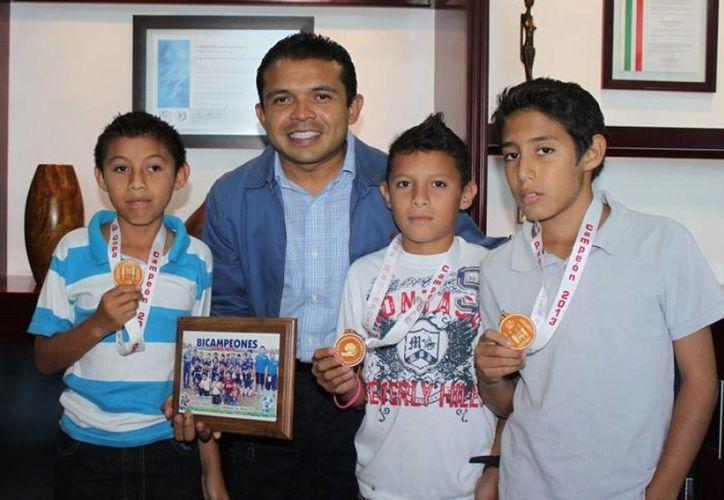 El presidente de la Isla se reunió con los niños campeones. (Cortesía/SIPSE)
