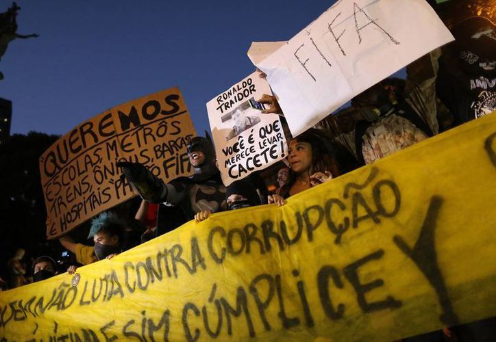 Semanas antes que inicie la Copa del Mundo en Brasil, se registraron protestas, en contra de la presidenta Dilma Rousseff, que le reclamaron la inflación del país y los gastos excesivos por el Mundial. (Agencias/Archivo)