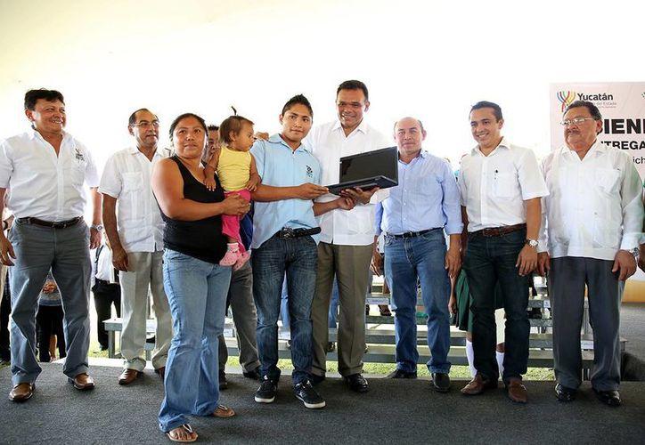 El Gobernador presidió la entrega de más de mil computadoras de Bienestar Digital a estudiantes de Telebachillerato, Cobay y Cbtis, de la zona sur del estado. (Cortesía)