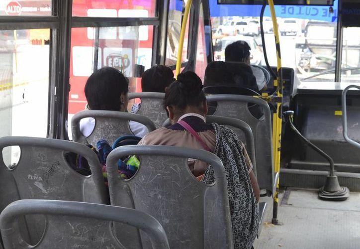 La ciudadanía utiliza el transporte público (camiones y combis) cuatro veces al día. (Harold Alcocer/SIPSE)