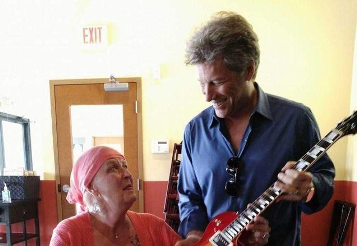 Jon Bon Jovi le regaló a Carol una guitarra autografiada, un libro, y un beso en la mejilla, ademas de disfrutar la cena con ella y toda su familia. (gofundme.com)