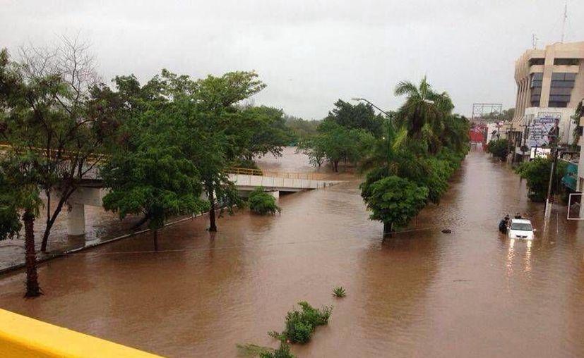 """Imagen de los estragos causados por el huracán """"Manuel"""" en el malecón de Culiacán, a la altura de la AV. Álvaro Obregón. (Foto tuiteada por Antonio Vázquez @antoniossp1)"""
