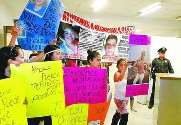 Familiares de los 12 desaparecidos durante una protesta PGJDF. (Milenio)