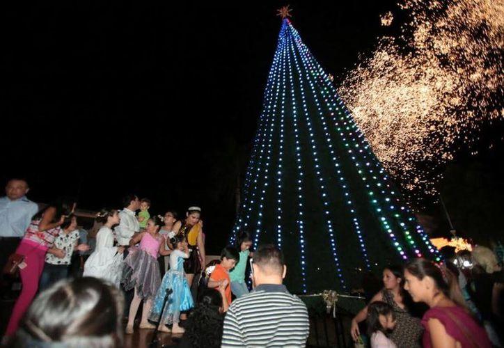 Mauricio Vila encabezó el encendido del tradicional árbol navideño del Remate de Paseo de Montejo en Mérida, acompañado de varios niños. (Milenio Novedades)