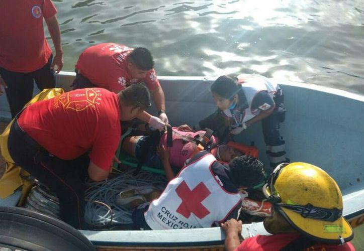 Momento en que servicios de emergencia realizan la labor de rescate. (Foto: SIPSE)