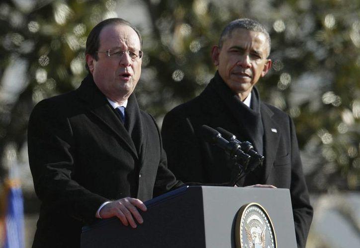 El presidente estadounidense Barack Obama (d) escucha a su homólogo francés Francois Hollande. (Archivo/EFE)