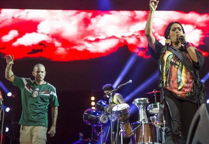 'Visitante' y 'Residente', integrantes de Calle 13, durante un concierto con Lila Downs en la Ciudad de México. (Notimex)