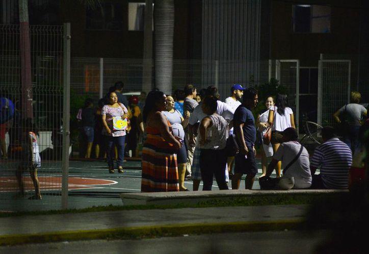 Alrededor de 100 personas se reunieron la noche del domingo en un parque al sur de la ciudad con la intención de pactar con la asignación de terrenos que son propiedad federal. (Gustavo Villegas/SIPSE)