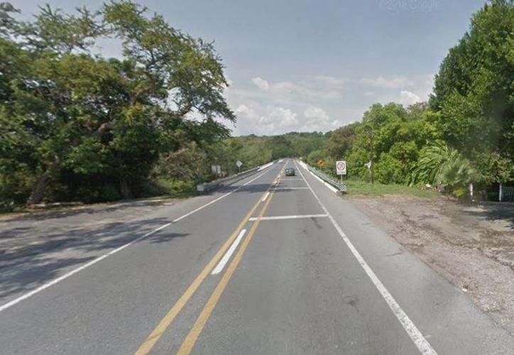 El cuerpo del agente del Mando Único se encontró en el kilómetro 4 de la autopista Puente de Ixtla - Iguala, en Morelos. (Google maps)