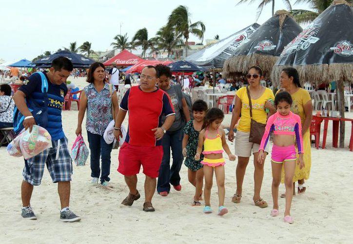 Desde temprano empezaron a llegar las familias para disfrutar de las bellezas del puerto. (Milenio Novedades)