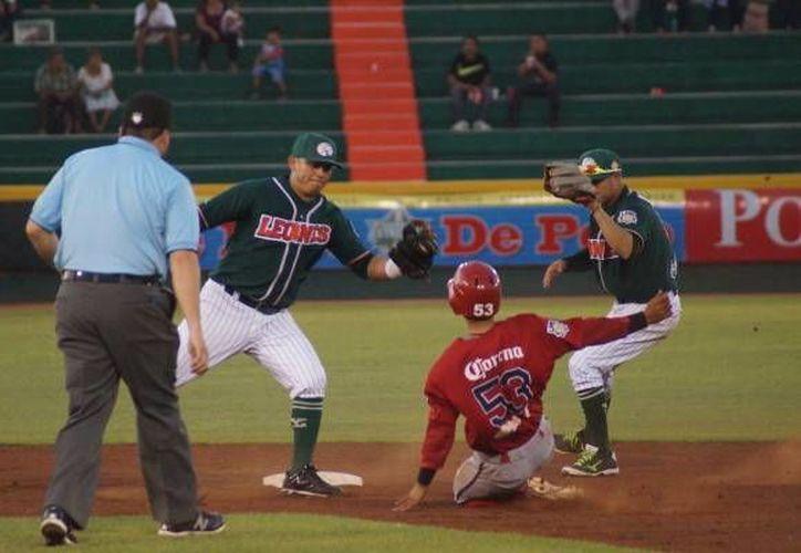 La defensiva de la novena selvática será clave en los juegos ante los filibusteros. Imagen de una jugada de Leones de Yucatán en el estadio Kukulcán en su último juego. (Milenio Novedades)