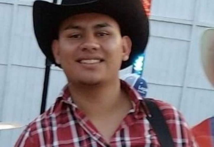 El cuerpo de Ronaldo Mojica, de 19 años de edad, fue trasladado al Semefo para la necropsia. (Internet)
