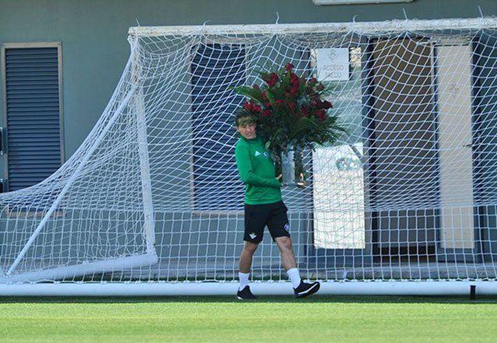 Briana Morales, esposa de Andrés Guardado le regala un ramo de flores en pleno entrenamiento. (Contexto/ Internet)