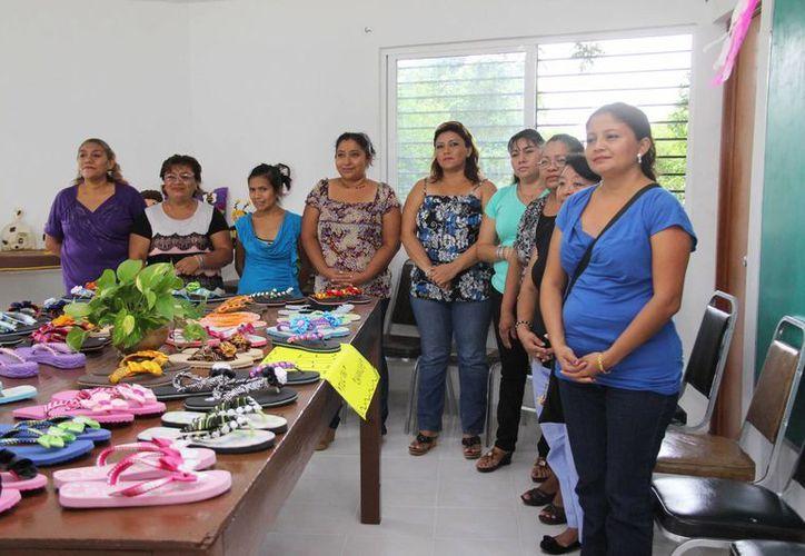 Mujeres exponen manualidades que han aprendido en los cursos del Ayuntamiento de Mérida. (SIPSE)