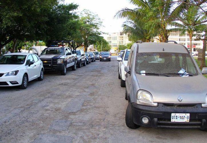 Los corredores dejan sus automóviles en terrenos cercanos al kilómetro cero, mientras se ejercitan. (Sergio Orozco/SIPSE)
