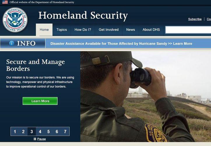 De acuerdo con el DHS, la deportación del ex ministro salvadoreño tiene como fundamento que participó ordenando, incitando y asistiendo o participando en torturas y ejecuciones. (dhs.gov)