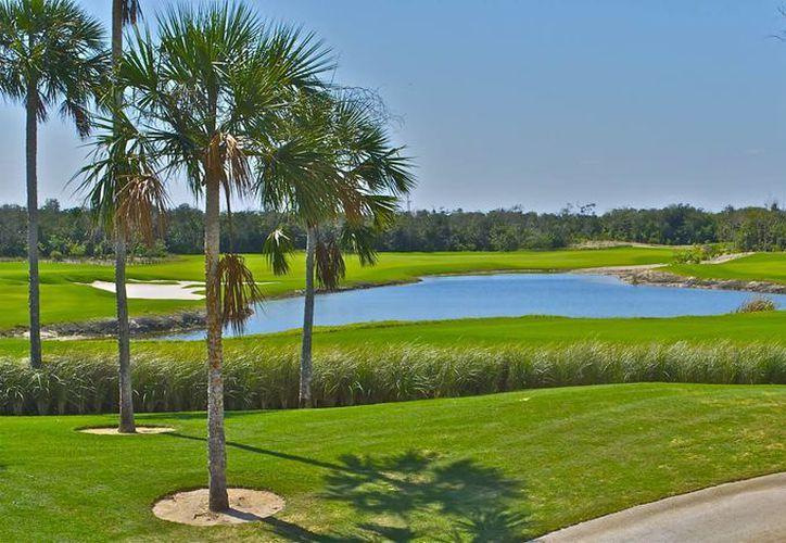 El trabajador fue hallado sin vida en uno de los lagos artificiales del campo de golf de Playacar fase II. (Redacción/SIPSE)
