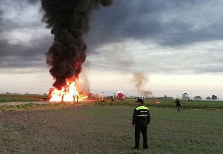 En el sitio de la explosión quedó una camioneta de carga calcinada. (proceso.com)