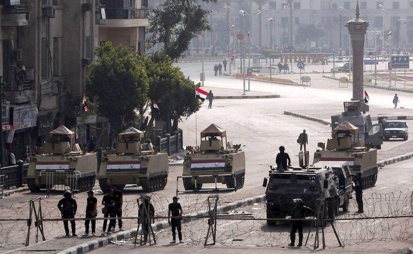 Dos personas murieron y trece resultaron heridas al dispersar la policía las protestas que tuvieron lugar el sábado en el centro de El Cairo en contra de la absolución del expresidente Hosni Mubarak. (EFE)