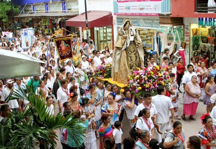 Cientos de fieles acudieron a la procesión de la Virgen del Carmen, patrona de la ciudad.  (Adrián Monroy/SIPSE)