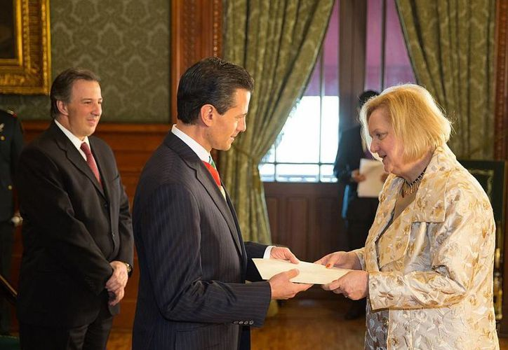 Eva Hager fue la primera en entregar al presidente Enrique Peña los documentos que la acreditan como embajadora de Austria en México. (presidencia.gob.mx)