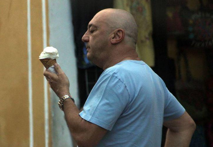 Para soportar el fuerte calor que ayer hizo en la capital yucateca, los meridanos consumieron refrescos y helados. Según la Conagua, Mérida registró 36.7 grados centígrados. (José Acosta/SIPSE)