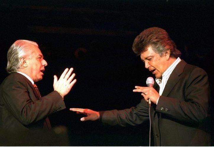 Alberto Vázquez (d) sufrió una parálisis facial por lo que tendrá que dejar de cantar con Enrique Guzmán (i). (elnorte.com)
