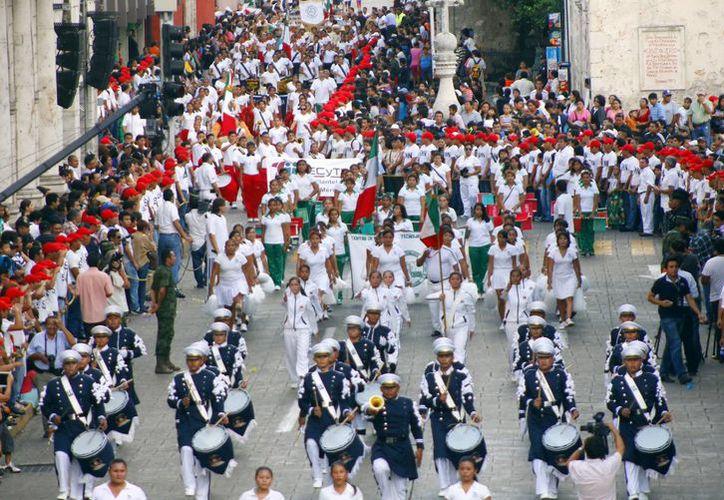 Con coloridas estampas y espectaculares rutinas acrobáticas se desarrolló el desfile civico-deportivo de la Revolución Mexicana. (Juan Albornoz/Milenio Novedades)