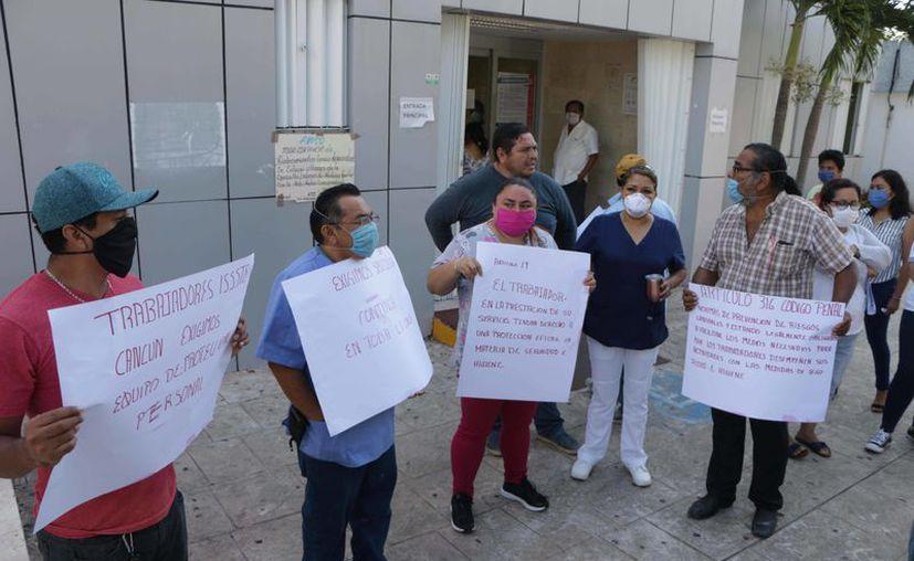Se manifestaron los trabajadores a las afueras del hospital. (Paola Chiomante/SIPSE)