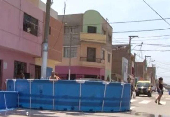 Autoridades municipales de El Callao alertan que las piscinas obstaculizan el paso de los vehículos. (YouTube.com)