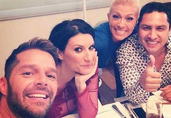 Ricky Martin publicó en su cuenta de Facebook una fotografía en su primer día de trabajo con sus nuevos compañeros. (Facebook/Ricky Martin)