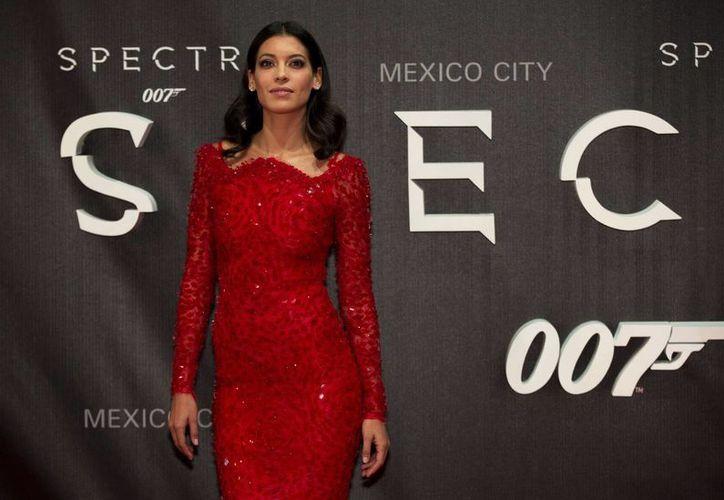 La mexicana Stephanie Sigman, de 28 años, quien da vida a Estrella en el nuevo filme de James Bond, Spectre, considera que las chicas Bond son ahora como las mujeres modernas: independientes y fuertes. (AP)