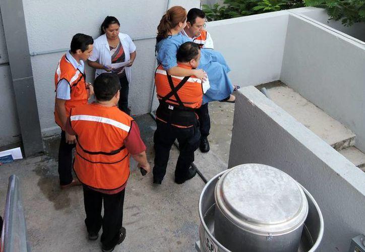 Este martes se realizó un simulacro de evacuación en el Hospital Regional 'Elvia Carrillo Puerto' del Issste. (Fotos cortesía del Gobierno estatal)