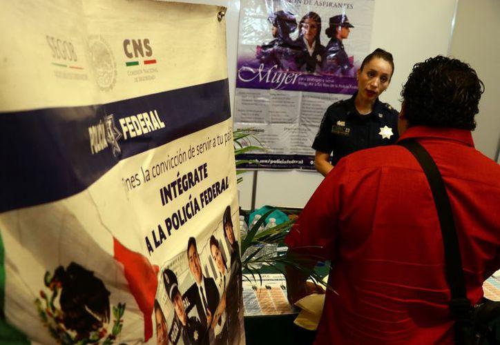 Jóvenes solicitaron informes. (Foto: Jorge Acosta/ Milenio Novedades)