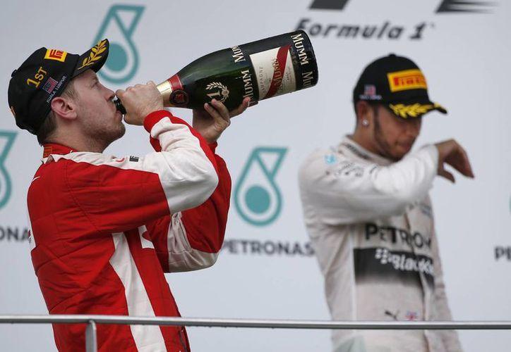 Sebastian Vettel celebra su regreso a lo más alto del podio tras 35 carreras sin lograrlo. (AP)
